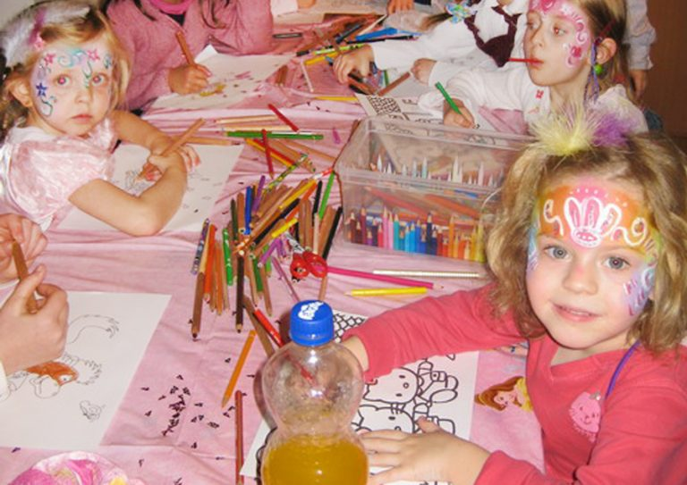 Steffis-Hits-for-Kids_Galerie_Basteln_Rosa Tisch